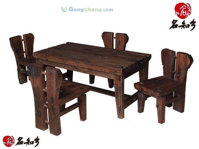 古船木方茶桌五件套06产品介绍: 材质上主要包括柚木、楸木、菠萝格、铁力木等老船木,而这些木材在制成家具之前,已经在渔船上经历了数十年甚至上百年的日晒和浸泡,木质都十分优良。正因如此,老船木家具本身就具有很好的质地,并有防腐、防晒、耐潮、耐磨等优点。这些已经有上百年历史的船木,历经光阴的磨砺,日晒,雨淋,海水浸泡。无论是纹理还是钉孔都独一无二,加工后的船木家具,永不变形,极具历史沧桑感,很受一些有独特品味的人士喜爱。所有家具类产品均采用传统的榫卯结构工艺,结实耐用.